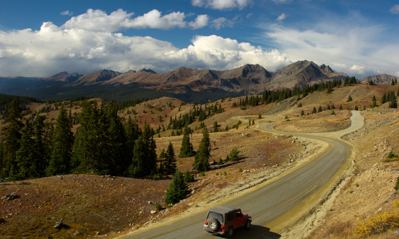Jeep driving over Cottonwood Pass.